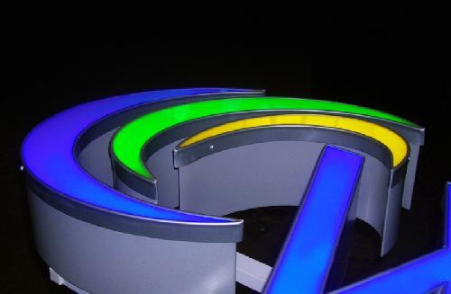 litere luminoase volumetrice
