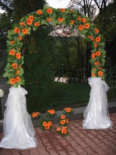Arcada fier forjat ornamentata cu flori si verdeata naturale