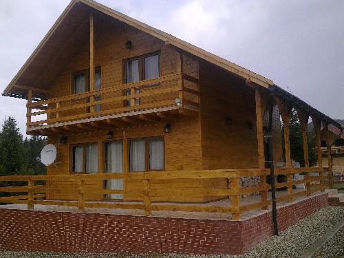 cabana din lemn pe schelet