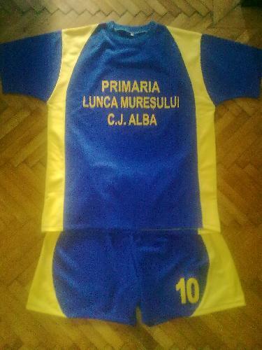 Echipament fotbal galben albastru